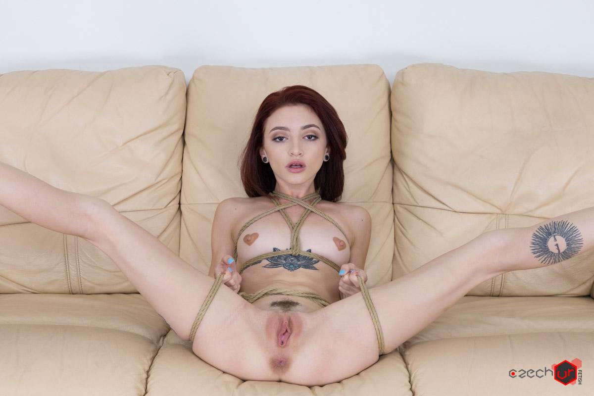 Frau streichelt penis